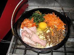 ダッチオーブンにビビンバの具を入れる