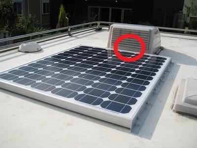 ソーラーパネルとベンチレーターの間