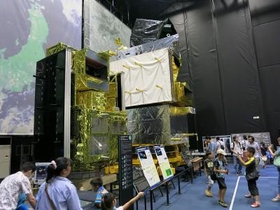 衛星の実物大模型