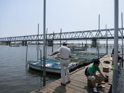 ボート用の桟橋で釣り