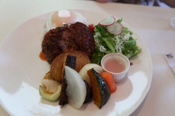 野菜たっぷり、上富良野ポークの「ハンバーグ丼」