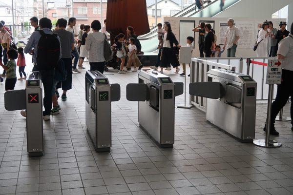 鉄道博物館の入場は駅改札のようになっている