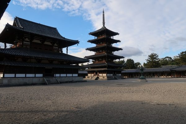 朝の法隆寺